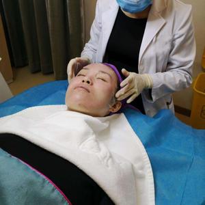 个人认为微针真的是一个治疗皮肤问题的手段,它可以诱导皮肤被动组织恢复,不论是痘痘还是痘坑都可以达到一个真正的治疗,比针清...